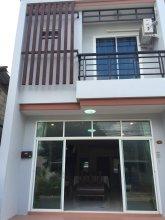 Krabi Town Sleeps 8 With Kitchen