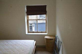 2 Bedroom Edinburgh Flat on Quiet Cobbled Street
