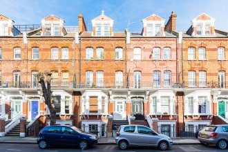 2 bedroom and 2 bathroom garden flat in Leafy Kensington