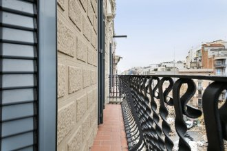 Elegant and centrally located spacious 2-bedroom apartment with a balcony - Vale Suite 201