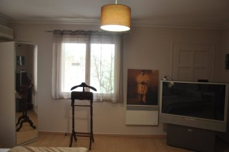 Studio in Glifada, With Furnished Garden and Wifi - 1 km From the Beac