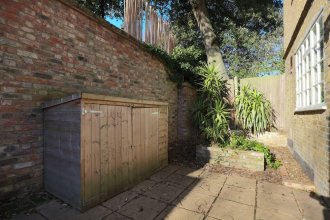 Stunning 3 Bedroom Home With Private Back Garden