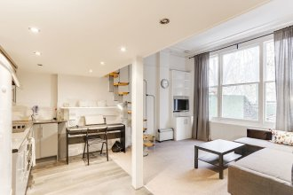 Bright 1BR in Earls' Court W/patio
