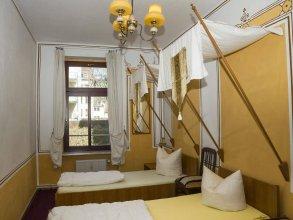 Lollis Homestay - Hostel