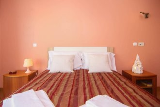 3 Bed & 3 Bathroom Apt w/ Balcony & AC Throughtout