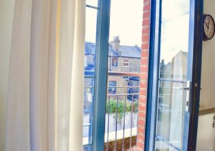 Spacious 2 Bedroom Stoke Newington Flat