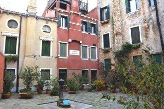 Sunny Venice Apartments