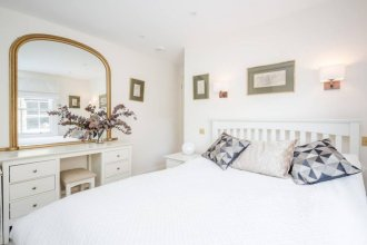 Light 2 Bedroom Flat With Roof Terrace