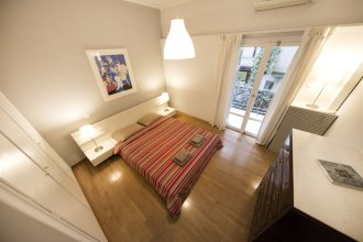 Artistic apartment in the middle of everything  by VillaRentalsgr
