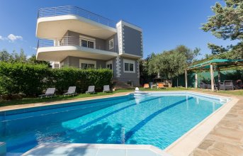 290m² Villa with Pool close to the Airport