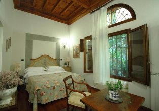 Casa del Vescovo Authentic 1600's apt with Stunning Garden and Rooftop
