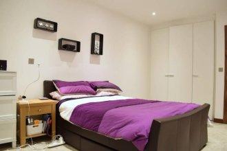 1 Bedroom Apartment Accommodates 4 in Kilburn