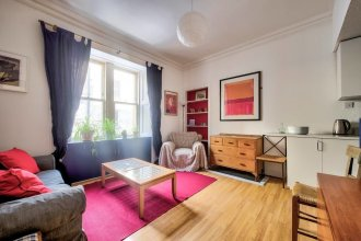 Colourful West-end Apartment - 2 Double Bedrooms 4 Guests!