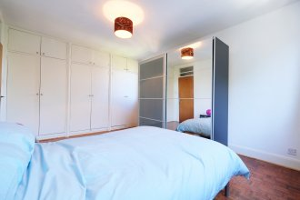 Bright and Spacious 2 Bed Apartment - Sleeps 4