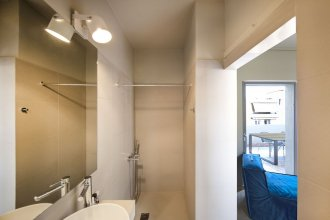 Stylish Sunny Apartment 1 stop to City Center by VillaRentalsgr