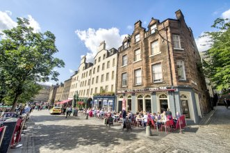 Charming Grassmarket Apartment with Castle View