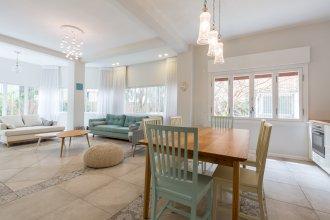 Апартаменты Charming 2 Bdr Garden Dizengoff #TL41