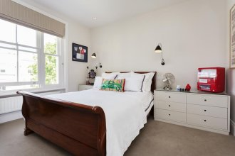 Veeve Four Bed House in Russell Road Kensington