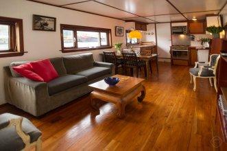 Noah's houseboat Amsterdam